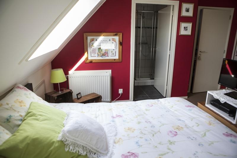 Kamer 1 met privé badkamer en box-spring