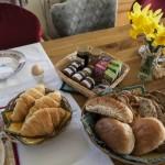 Uw ontbijt met heerlijke broodjes en eigengemaakte jam